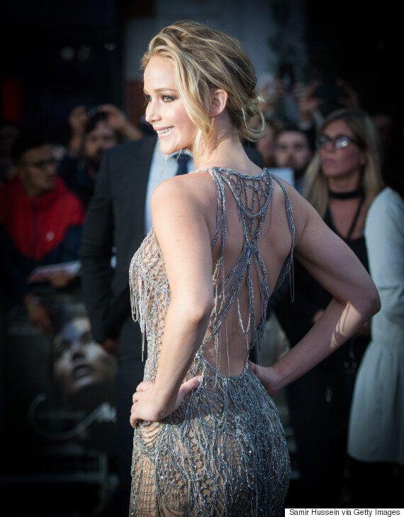 은빛 드레스를 입은 제니퍼 로렌스는
