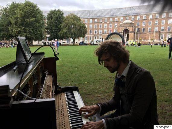 전 여자친구가 돌아올 때까지 피아노를 치겠다고 한 남자의