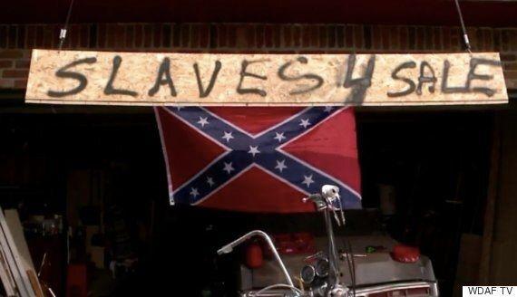 인종주의자가 아니라는 걸 증명하기 위해 연방기에 '노예 팝니다' 간판을