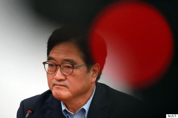 우원식 원내대표가 '측근 금품제공 의혹'에 '나와는 무관한 일'이라며 선을