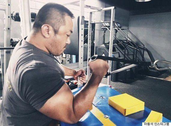 마동석이 팔 근육을 더 키우는