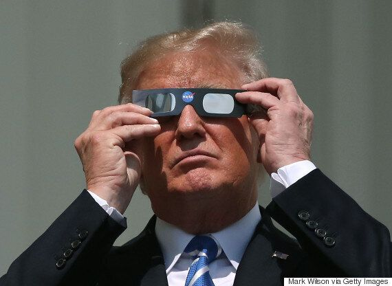 도널드 트럼프가 개기일식 도중 '맨 눈'으로 태양을 보고야 말았다