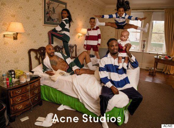 게이 커플과 자녀들이 아크네 스튜디오 광고에