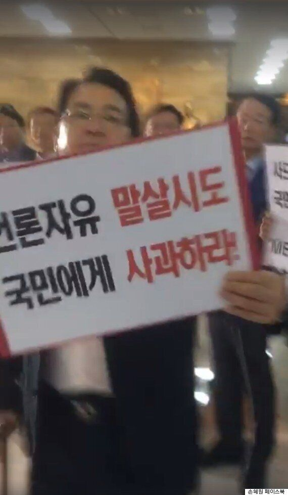 손혜원이 카메라를 들이대자 격렬하게 항의하는 자유한국당