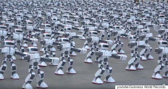 중국 로봇 1,069대의 칼군무가 기네스북에