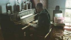 물에 잠긴 집에서 피아노를 연주한