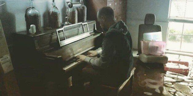 물에 잠긴 집에서 피아노를 연주한 남자에게 생긴