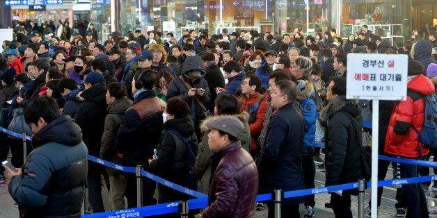 지난 설 연휴 기차표 예매 현장. 서울역 매표소 앞에 열차권을 구입하려는 시민들이 길게 줄을 서