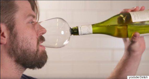 와인을 병째 마시는 새로운 방법이