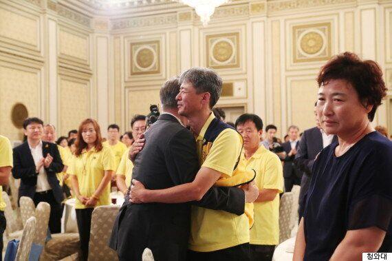 문재인 대통령은 코끝이 빨개진 채 눈시울을 붉혔다. 세월호 가족들도