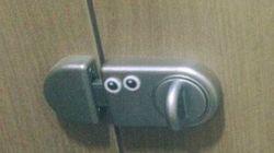 '남자 화장실'에 '눈알 스티커'가 부착된
