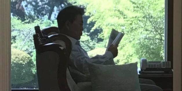 휴가에서 복귀한 문 대통령이 일독을 권한 책 :