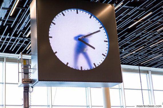 암스테르담 스키폴 공항의 시계에 들어간