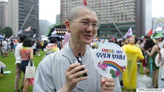 성소수자들을 위한 축제에 스님들이 나와 자리를 편