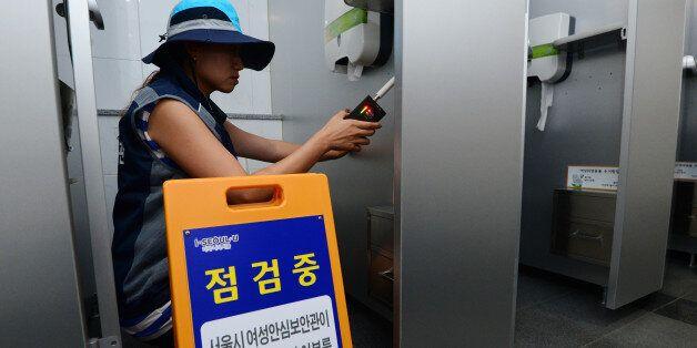 서울시 '여성안심보안관'이 서울 중구 공공기관 화장실에서 전문 탐지장비를 이용해 몰래카메라 설치 여부를 점검하고