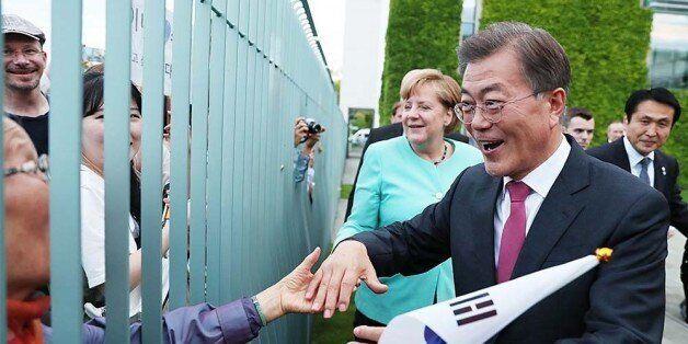 문재인 대통령이 '쉬운 일부터 시작하자'며 북한에 한