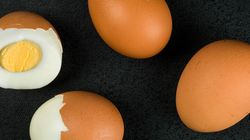 삶은 달걀에 투명한 껍질이 생기는