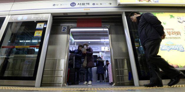 트위터 유저들이 쓴 지하철 '스크린 도어 시(詩)' 인기작
