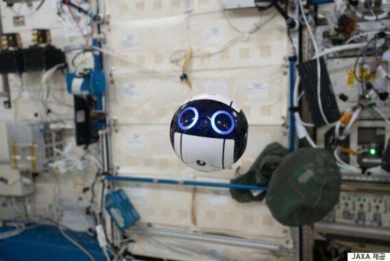우주정거장에 깜찍한 드론 로봇이