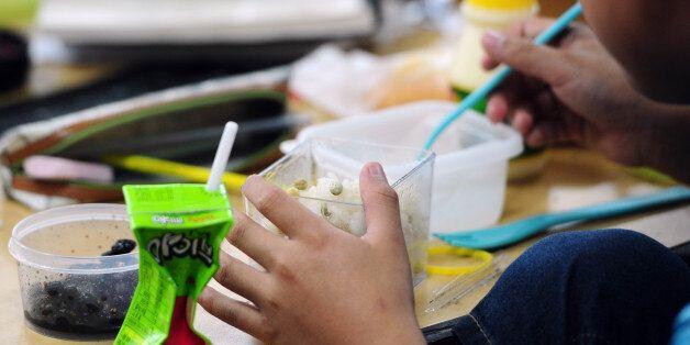 *6월 29일 급식 대신 도시락과 학교에서 나눠준 음료를 먹고 있는