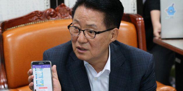 박지원이 휴대전화 두 대를 보여주며 '제보조작'을 전혀 몰랐다고