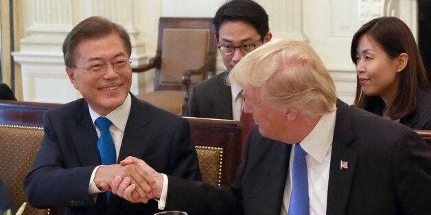 문 대통령-트럼프 첫 악수, '돌출행동'은