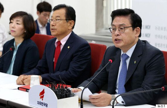 자유한국당이 문정인 특보의 '자진 사퇴'를 요구하고