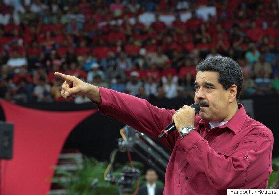 베네수엘라 경찰이 대통령 퇴진을 요구하며 헬기를 탈취해 정부·법원을