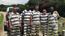 이 재소자들은 쓰러진 교도관의 목숨을