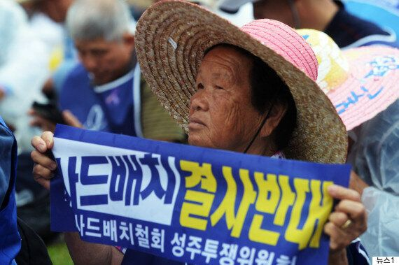 '사드 배치 재검토'를 요구하는 시위대가 주한미국 대사관을