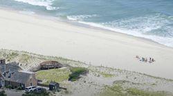 대중에 폐쇄한 텅빈 해변에서 휴가 즐긴