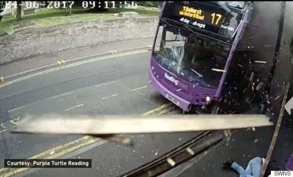 버스에 치인 뒤 곧바로 맥주를 마시러 간 이 남자는