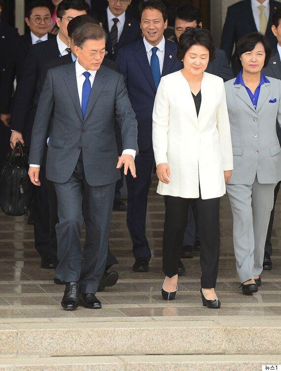 김정숙 여사의 첫 해외 순방 패션은 '한국의 미'를