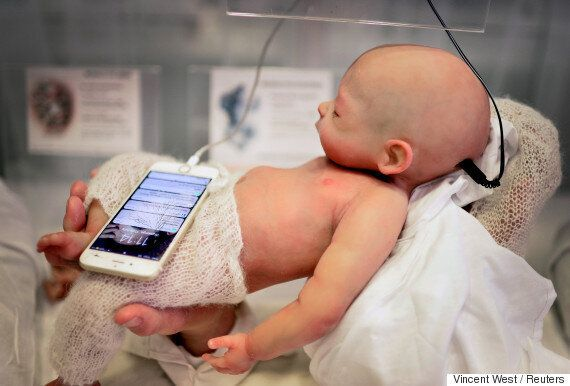 진짜 아기처럼 생긴 데다가 움직이기까지 하는 '아기 로봇'이