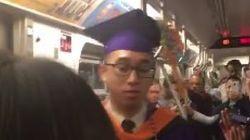 이 학생은 지하철에 갇혀 졸업식에 가지