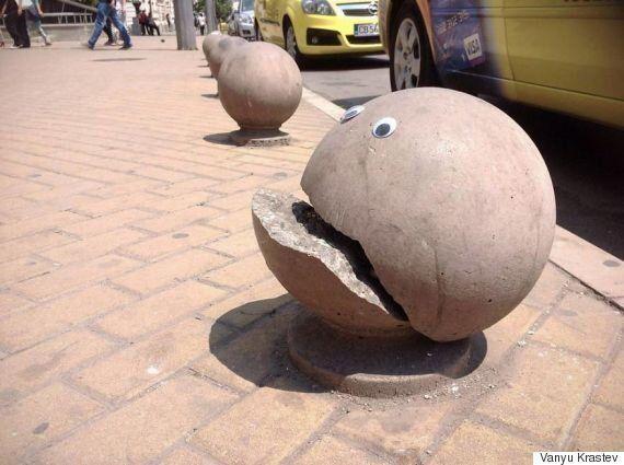 거리의 부서진 구조물들에 '눈알'을