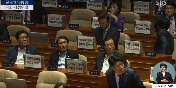 한국당 의원들, 문대통령 시정연설에서 A4용지로 시위를