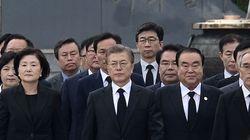 문대통령은 현충일 추념식에 유공자들과 함께 입장했다(영상,