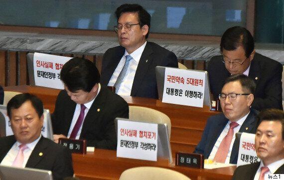 한국당은 '문대통령 지지도 90%'에 독재를