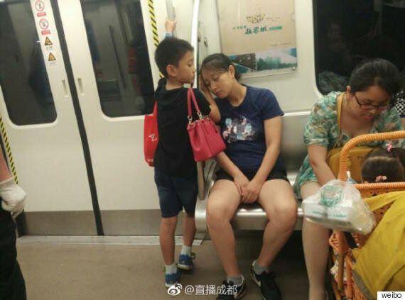 지하철에서 잠든 엄마를 위한 아이의 행동이 중국을