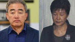 박근혜는 재판을 지켜보던 중 웃음을