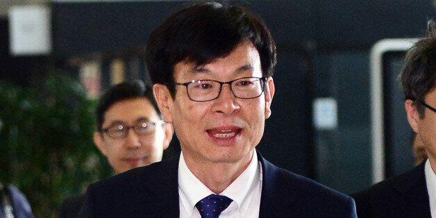 김상조 공정거래위원장은 낡은 가방을 들고 첫 출근길에
