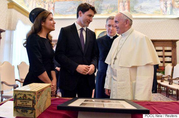 교황이 트럼프 옆에서만 굳은 표정을 지은 건