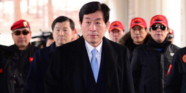 사진은 2015년 2월9일, 원세훈 전 국정원장이 서울고등법원에서 열린 '국정원 대선개입' 사건 항소심 선고공판에 참석하는 모습.