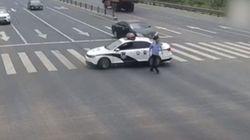 이 경찰이 교차로를 막고 한 50초짜리 선행에 세계가