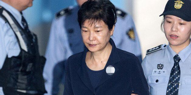 재판에 출석한 박근혜는 나란히 앉은 최순실과 눈도 마주치지