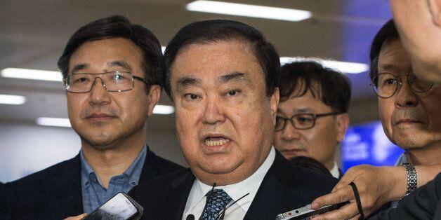 문재인 대통령의 특사로 일본을 방문했던 문희상 더불어민주당 의원이 20일 김포국제공항을 통해 귀국, 취재진 질문에 답하고