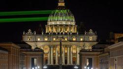 그린피스가 트럼프의 교황 방문을 환영하기 위해 레이저를