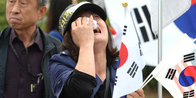 박근혜 첫 재판날, 지지자들은 법원 앞에서 울부짖으며 '석방'을