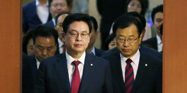 한국당 의원들이 심각한 표정으로 국회 정론관에 들어선